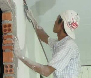 thợ sơn nước đang xử lý tường, dịch vụ sửa chữa nhà bình dương