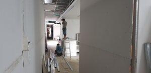 Anh em thợ đang dựng vách ngăn thạch cao