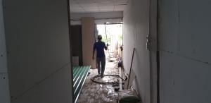 Anh em thợ đang tiến hành đưa vật tư vào công trình