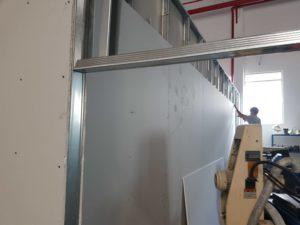 người thợ đóng trần thạch cao, vách ngăn thạch cao đang tiến hành dựng vách ngăn