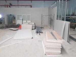 hiện trạng thi công trần, vách ngăn thạch cao tại công trường nhà xưởng