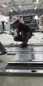 anh em thợ đóng trần vách ngăn thạch cao vui vẻ tại nhà máy Bình Dương