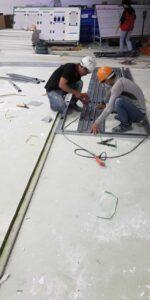 anh em thợ đóng trần vách ngăn thạch cao vui vẻ tại nhà máy Bình Dương 2