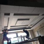 hoàn thiên đóng trần nhà sau khi cải tạo lại phòng khách